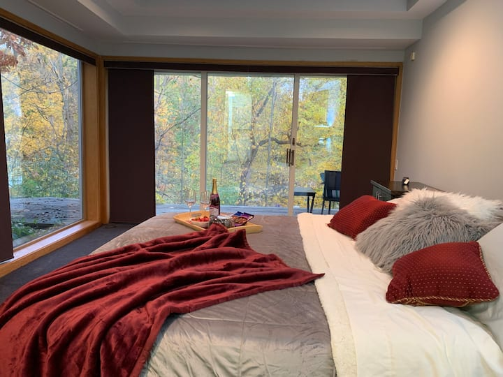 Gorgeous Lake, Luxury King bed, & 5 Guests, 5 Star