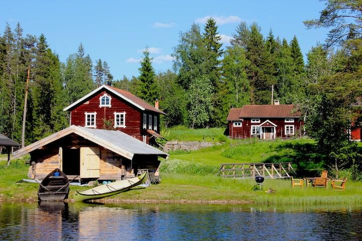 Stuga på gårdstun vid sjö,  båt & bastu/badtunna