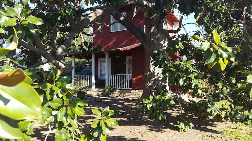 Historic Redwood Tankhouse in the Tower District - Fresno - House