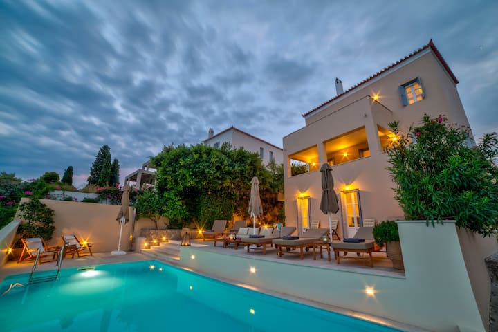 Amazing View, Private Pool, Close to the center.