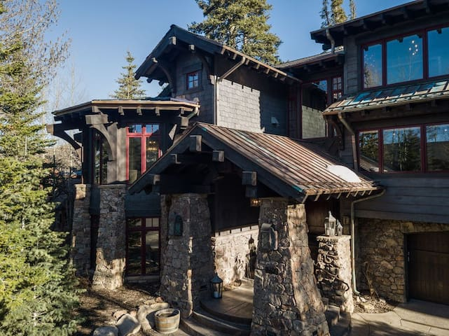KABINO: Ski in and out! Lux Mountainside Property. Hot Tub - WIFI...