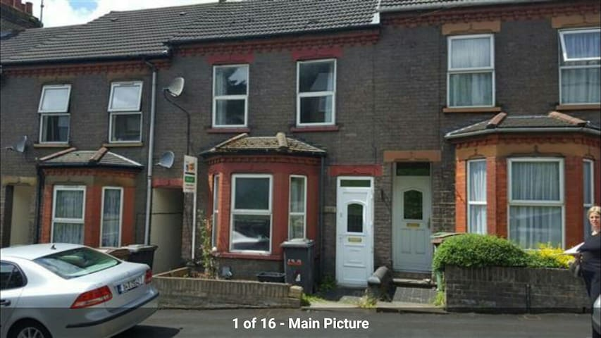 4 Bed house close to Luton Station - Luton - Huis