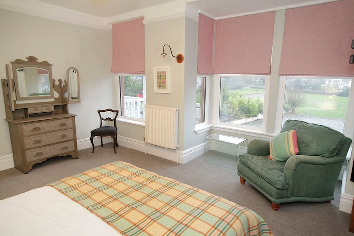 Central Mumbles, sleeps 8 + parking + dog friendly