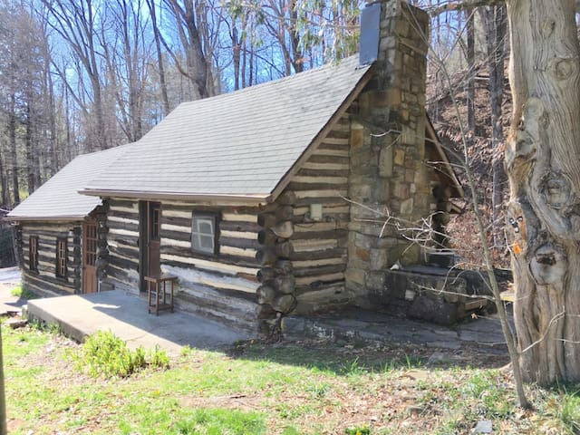 Historic Log Cabin in downtown Boone - Boone - 小木屋