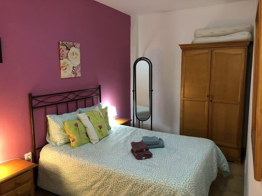 Vista general de dormitorio principal, armario
