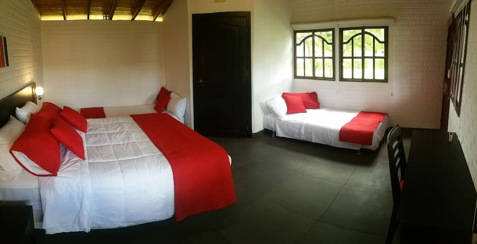 4 pax Family Room Near the airport - Puembo - Cabaña
