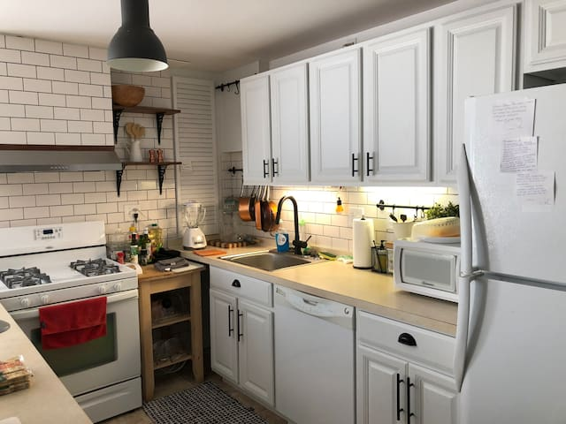 Cozy Entire Apt Designer Kitchen 4 miles from Expo