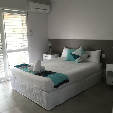 Newly Renovated Unit by the Beach.. - Dolphin Heads - Pis