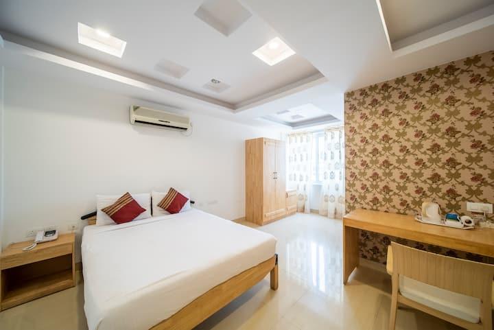 Deluxe Room 100 meters from Indiranagar 100 ft. rd