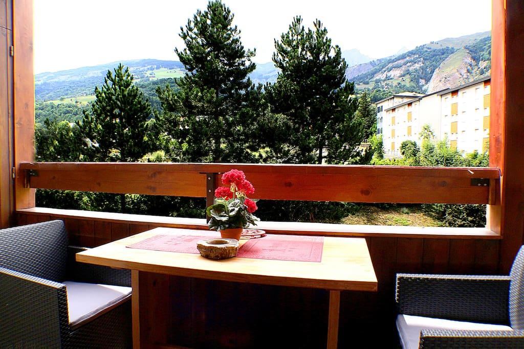 balcon avec vue sur les montagnes