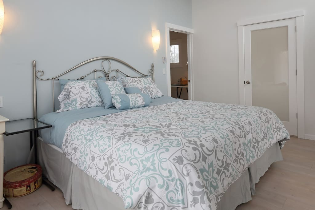 Main Master Bedroom with 1 King or 2 Twin Beds