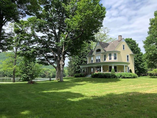 Hudson Valley Estate Getaway