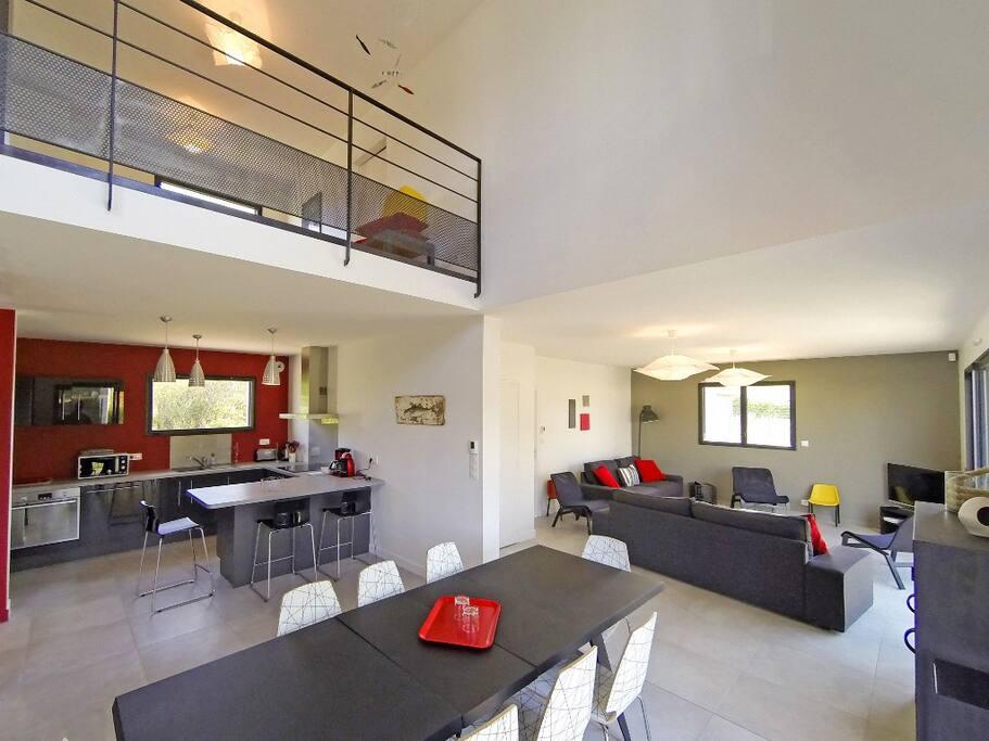 Salle à manger, salon et cuisine mesurent 66 m²
