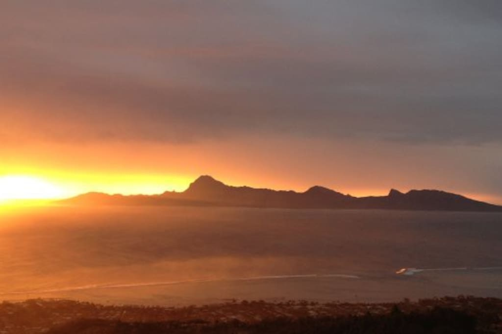 Couché de soleil sur Moorea et la passe de Taapuna
