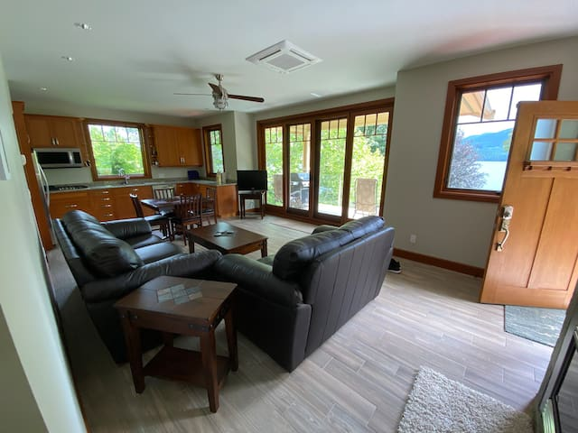 Lake Cowichan Carriage House with private dock