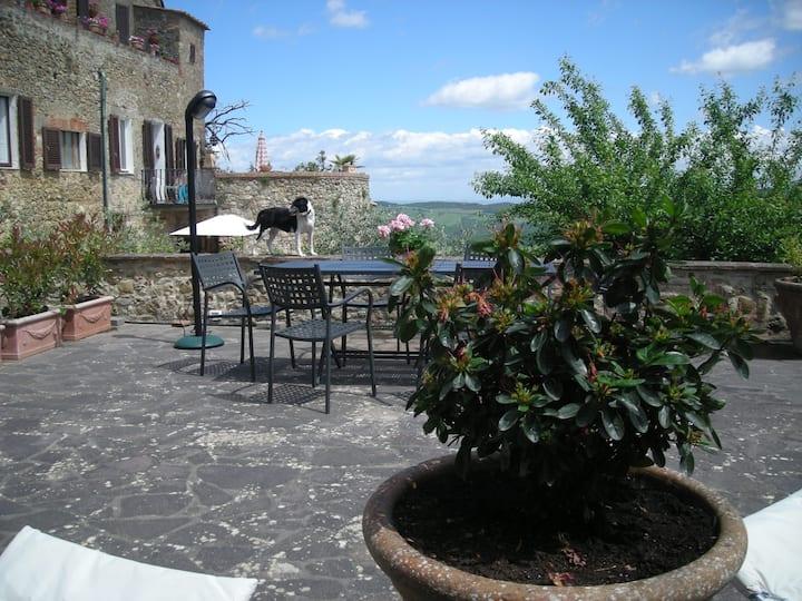 Bella villetta nel borgo con terrazze e giardini.