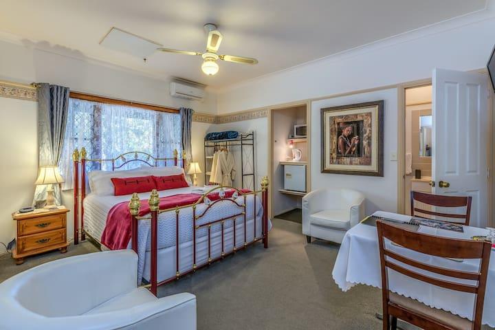 Amber Lodge Tamborine - Serene Deluxe Room