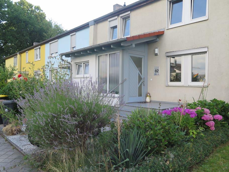 bestes haus zimmer in frankfurt 11 min bis messe reihenh user zur miete in frankfurt hessen. Black Bedroom Furniture Sets. Home Design Ideas
