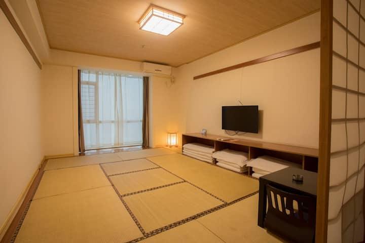 栖兰甄选酒店榻榻米主题房,紧邻火车站和汽车站,干净卫生,房间宽敞明亮,卫生干净整洁,可以免费停车。