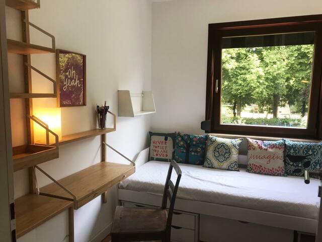 Kleines gemütliches Gästezimmer mit Gartenblick