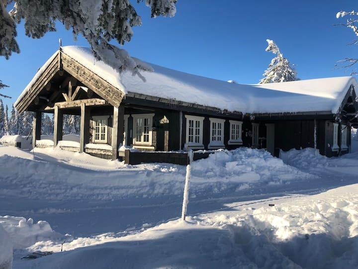 Flott stavlafthytte på Ljøsheim, nær Sjusjøen.