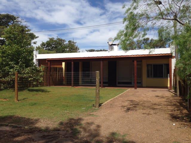 Casa totalmente nueva a 1/2 cuadra de la playa - La Floresta - House