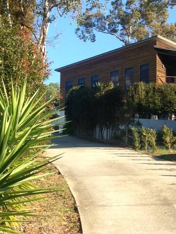 Elevated large modern 'treehouse' - Caloundra West