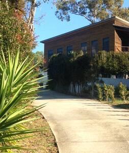Elevated large modern 'treehouse' - Caloundra West - Casa