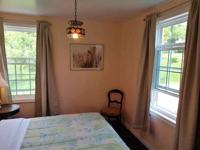 2 bedroom Blacksmith Cottage - Lower 2 Unit