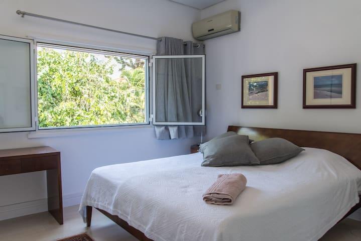 Quarto 1 com cama king size ,ar condicionado e janela com anti ruido e black out