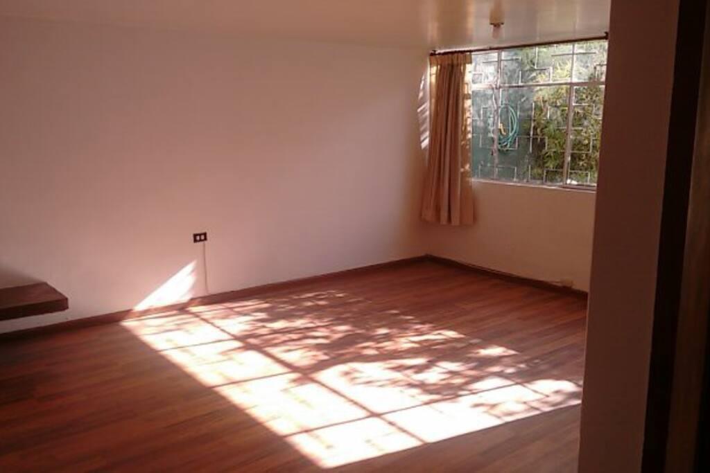 Sala de clases. Sala con pisos de madera y ventana al patio delantero, con muy buena iluminación.