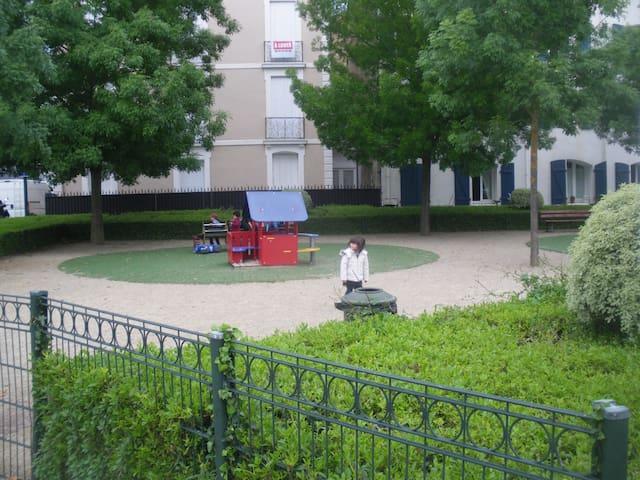 jardin d'enfants  sur les quais de l'adour ,à 2mn de l'appartement