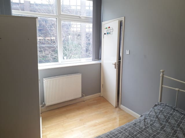Basic room in quiet flat in Woking Center