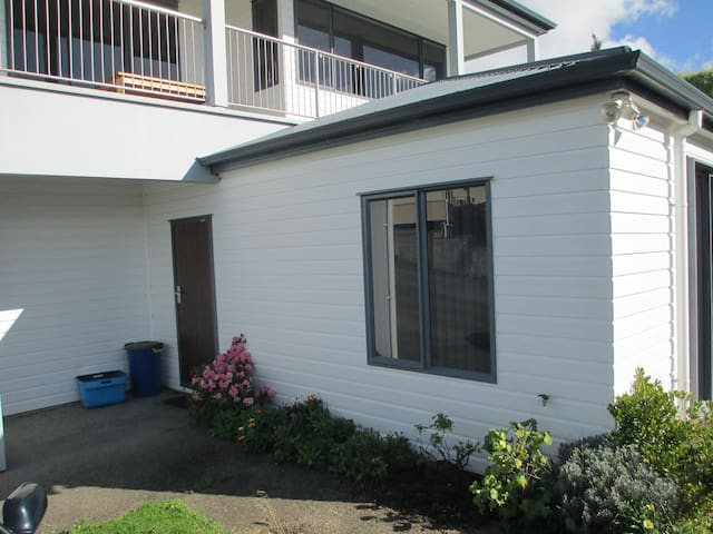 Orewa Quiet/Private Apartment With Sea Views