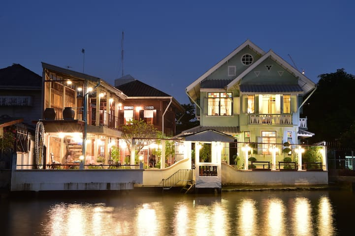 River Front Golden Teak Home, - Bangkok - Penzion (B&B)