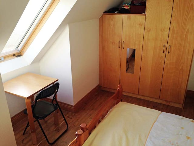 Cosy sunlit double room with shared bathroom - Julianstown
