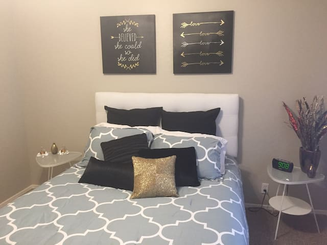 Luxurious private bedroom and bath - Glendale - House