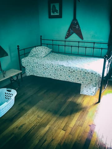 Clean Comfy Room for 1, near I-20, Bars & Clubs
