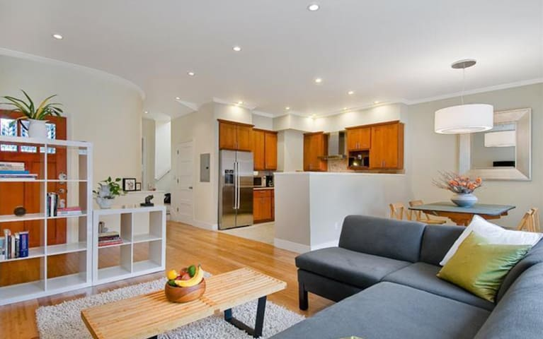 4BDRM w/ Private backyard in SUNNIEST Neighborhood