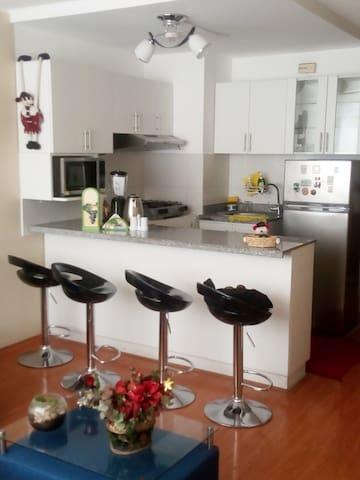 kitchent comoda con todo sus electrodomesticos que se necesita para una estancia placentera.