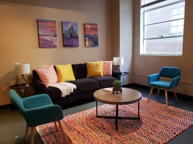 Contemporary + Modern 2BR Apt in Downtown