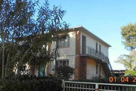 Casa nel viale delle Palme a Marina di Castagneto