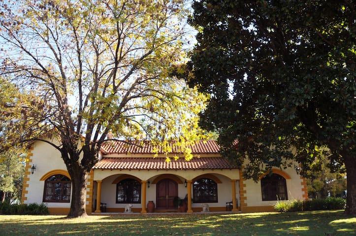 """""""ÑA CLAUDIA"""" casa de campo & Haras de lujo"""