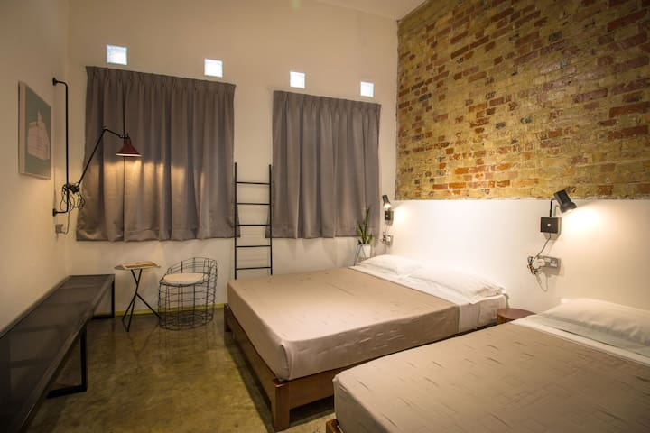 The Brownstone Hostel@Ipoh-Triple room/shared bath