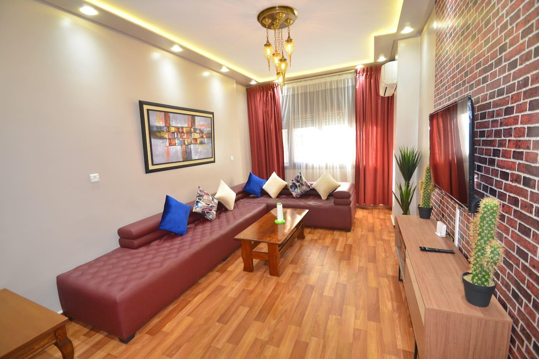 Ravissant salon moderne avec un vaste canapé en cuir