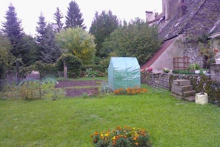 Vaste studio lumineux & jardin au centre de Pleaux - Pleaux - Byt