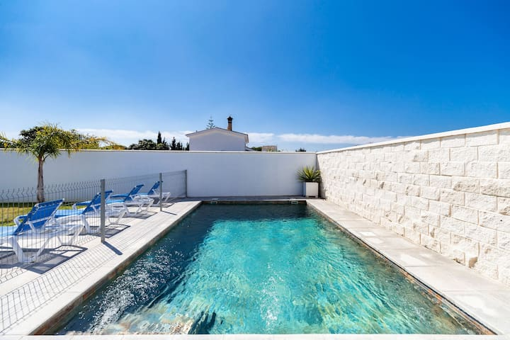 Modern Home with Pool, Terrace, Garden & Wi-Fi; Pets Allowed, Parking Available