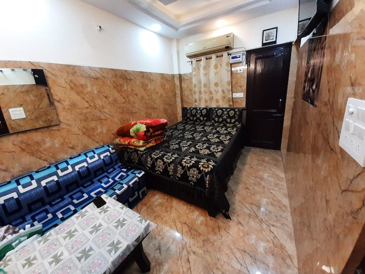 Couple friendly rooms in cream location lajpat ngr