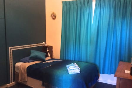 Separate wing with own bathroom - Bassendean - Hus