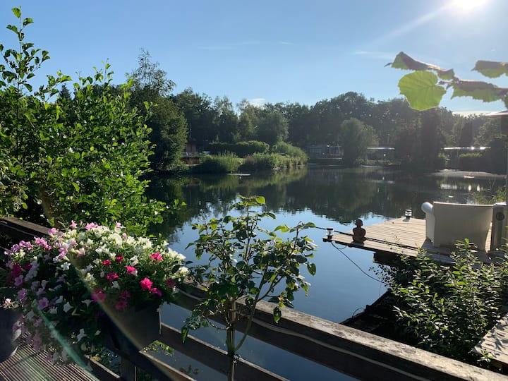 Mooie vakantiewoning aan vijver vlakbij Maastricht